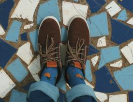 sko på flotte fliser malet tyrkis, blå og hvid