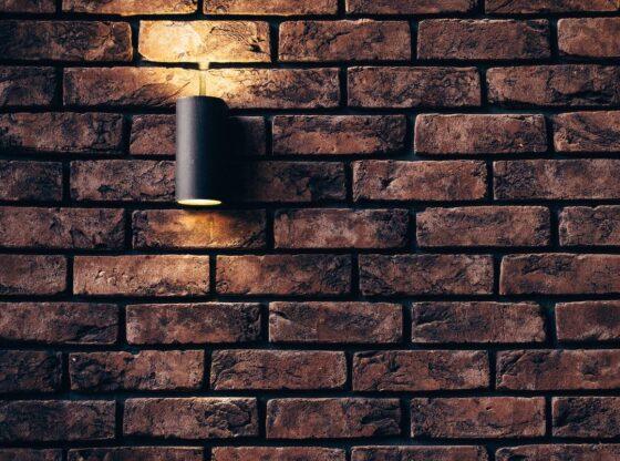mørkt murstenstapet med lampe