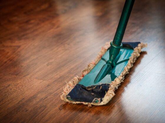 Ferniseret gulv bliver vasket